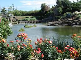 Le jardin saint adrien s 39 tale sur plusieurs niveaux entre des pierres basaltiques aux couleurs - Jardin de saint adrien ...